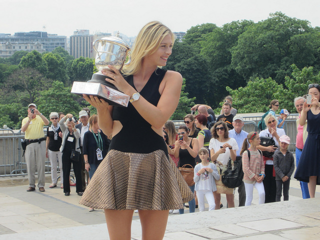 Roland Garros 2014: Maria Sharapova poses with trophy